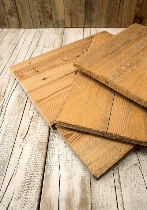 Die Altholzdielen aus Eichenholz transportieren die Spuren der Vergangenheit in dein Zuhause