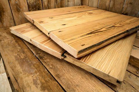 Die Altholzdielen aus Eichenholz sind wertige Dielen aus Altbeständen, die teilweise mehr als 100 Jahre alt sind