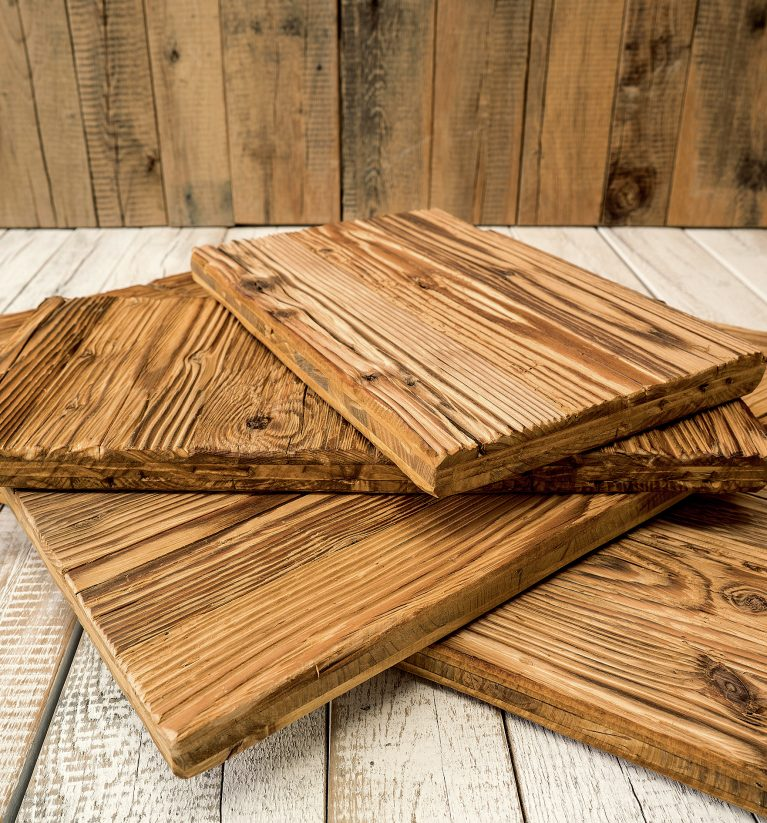 Das urige Altholz wird von den Außenverkleidungen alter Bauernhäuser, Stadel und Almhütten aufbereitet