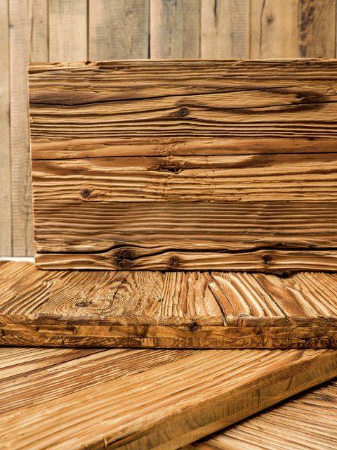 Durch die Witterungseinflüsse und Sonnenintensitäten hat der Holzverbund unterschiedliche ausgeprägte Oberflächen