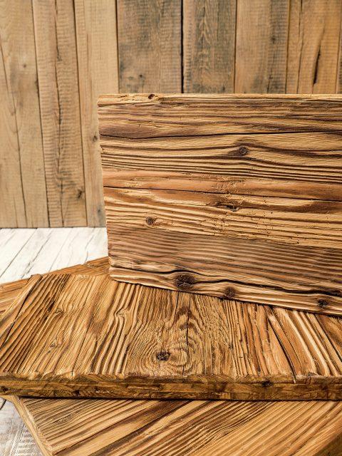 Naturgegebene Altholz-Effekte sind sonnenverbrannte Bretter, ausgeprägte und kräftige Holzstrukturen und rustikale Kanten