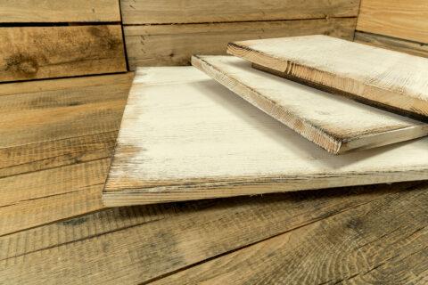 Rustikal gebürstetes Kiefernholz geflammt und Weiß mit Vintage-Look