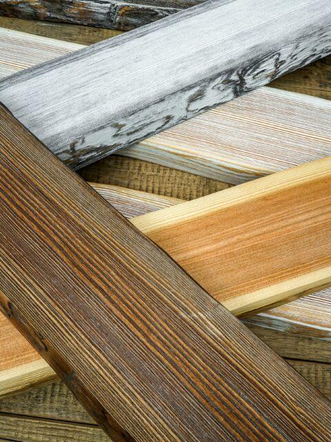 Druck auf Holzbalken ohne und mit Weiß