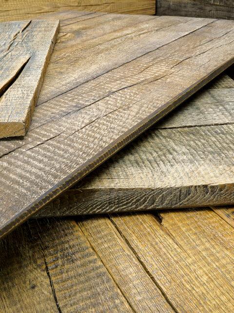 Das Vintage-Holz fällt durch seine ausgeprägten Maserungen, Texturen, Astlöchern und kleinen Rissen auf