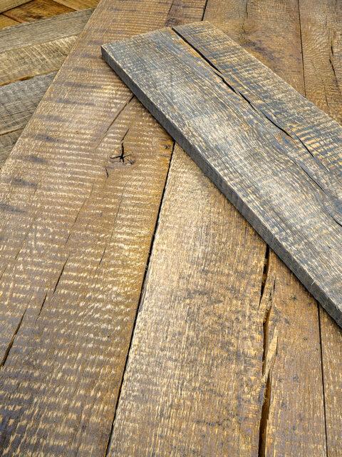 Das Holz im Vintage-Look hat eine natürliche, bräunliche Färbung und wird von dunkelbraun bis dunkelgrau gebeizt