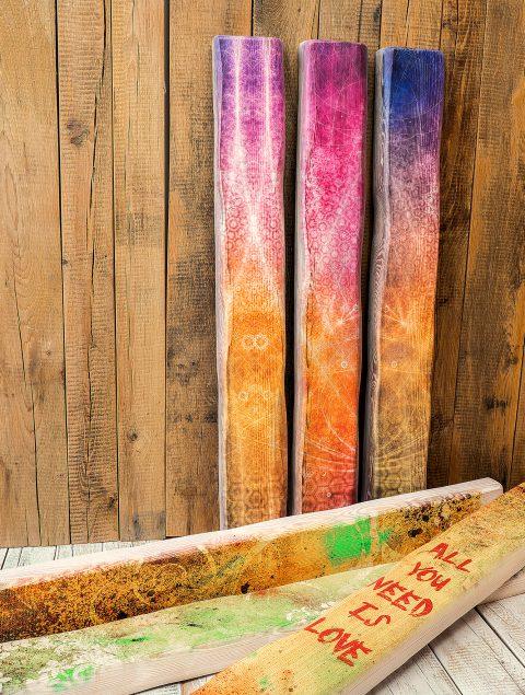 Der Druck auf Holzbalken ist eine ganz auffällige Art Motive für Räume abzubilden