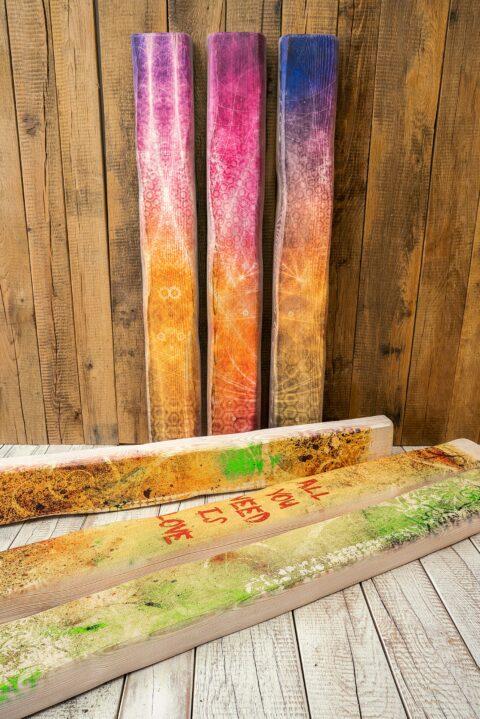 Druck auf vorgeweißte Holzbalken mit einer rustikalen und markanten Optik