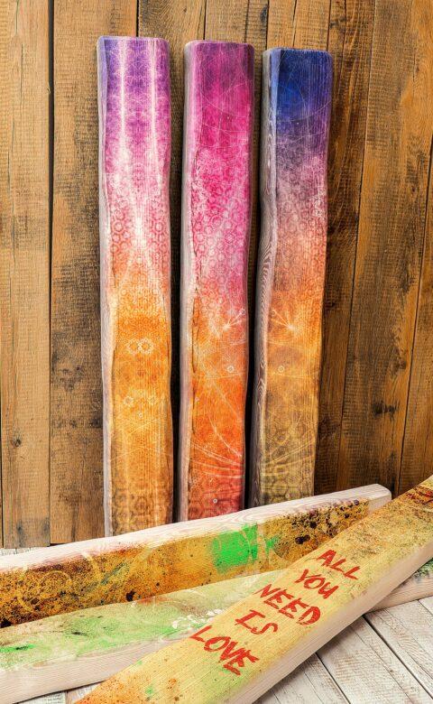 Weiß passt für grafische Elemente und Texte hervorragend zum stilvollen Druck auf Holzbalken