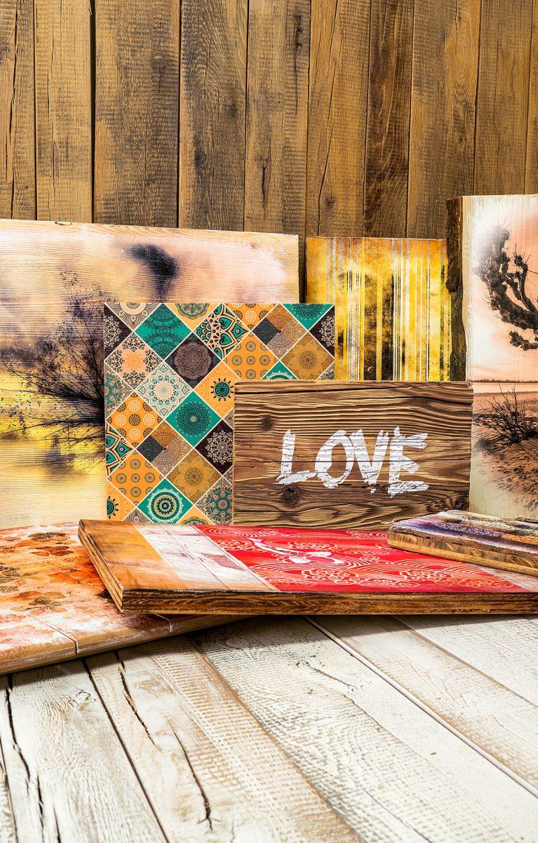 Holzverarbeitung und Holzdruck auf ursprünglichen und naturbelassenen Holzarten
